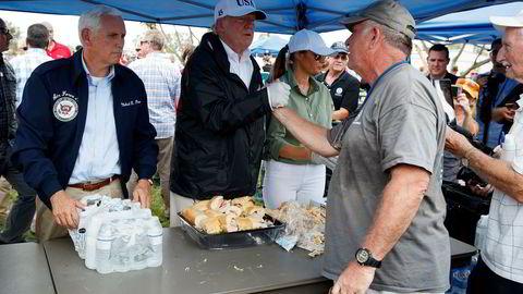 Donald Trump delte ut mat sammen med kona Melania og visepresident Mike Pence i Naples i Florida torsdag.