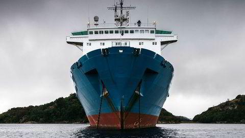 Det gamle lasteskipet «Harrier» er i sentrum for en pågående etterforskning. Jusprofessor Alla Pozdnakova håper saken blir en vekker. – Mange har nok fortsatt ikke skjønt alvoret, sier hun. Bildet er fra da skipet lå i Spindfjorden utenfor Farsund.