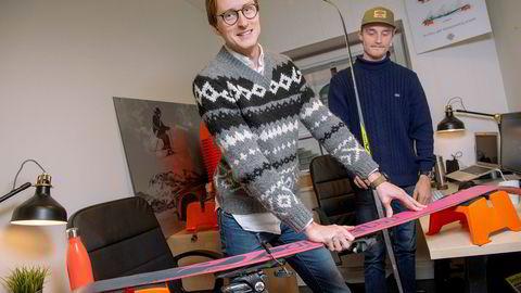 Espen Hinsch (til venstre) og Brage Eriksen i Happy Norwegian har bestilt produksjon av 7000 par av de oransje smørebukkene til denne sesongen. Langrennsski, slalåmski og mange Snowboard kan legges rett oppå og holdes på plass av et «friksjonsmateriale» som er en del av patentstriden.