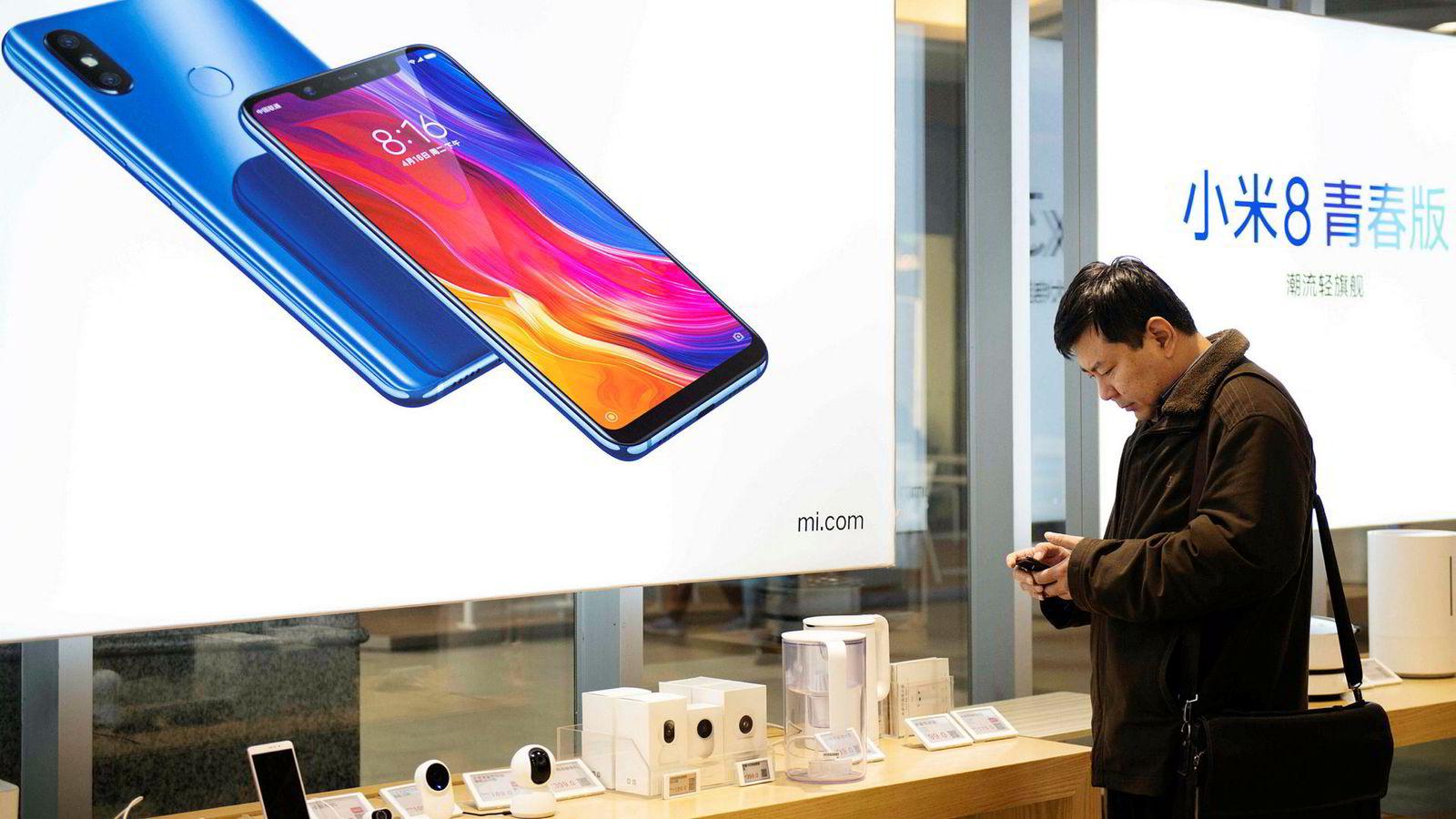 Xiaomi øker salget av smarttelefoner, men investorer er i tvil om selskapets ambisjoner om å bli Kinas svar på Apple lar seg gjennomføre. Aksjekursen er mer enn halvert på seks måneder.