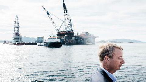 Norges Bank oppjusterer anslaget for oljeinvesteringene i 2017 og de kommende to årene. Her er Olje og energiminister Terje Søviknes på Stord for å se sammenstillingen av Johan Sverdrup prosjektet.
