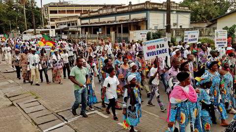 Konflikten mellom de fransk- og engelsktalende regionene i Kamerun har gått på både helsen og nettforbindelsen løs. Her viser demonstranter sin misnøye i byen Douala i fjor.