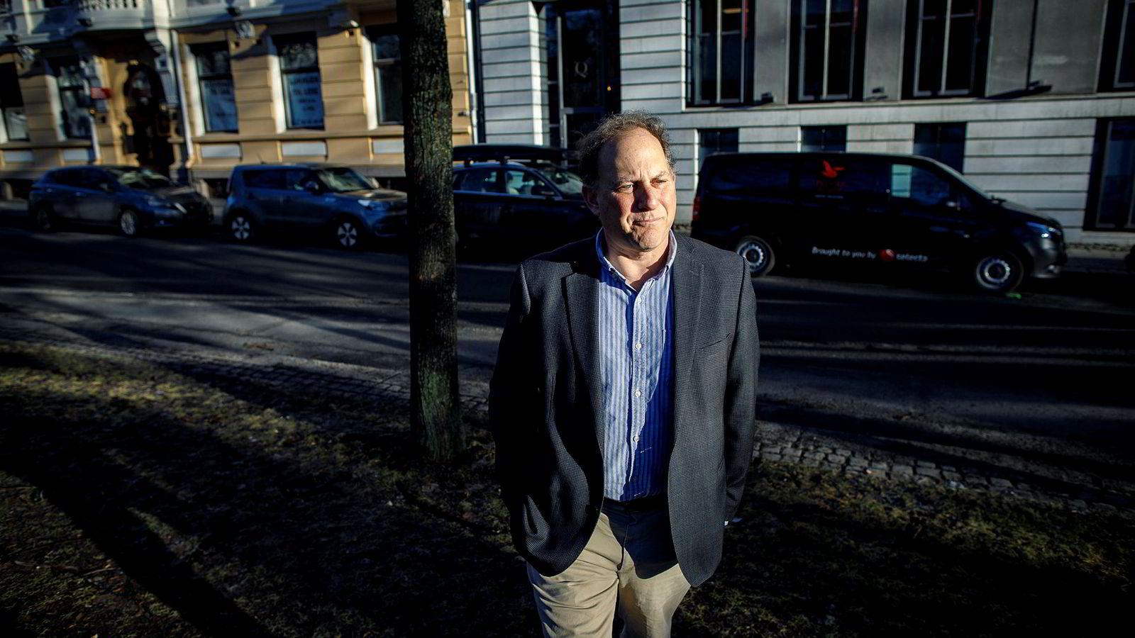 Hvitvaskingsekspert Dan Schneider er tidligere ansatt i justisdepartementet i USA og bor nå i Norge. Han tror DNB-ledelsen må fortelle om de har funnet spor av hvitvasking til Norge, eller ikke.