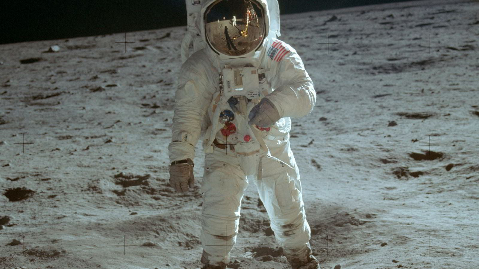 Neil Armstrong var førstemann på månen, men dette kjente bildet viser hans kollega Buzz Aldrin. Armstrong var nemlig fotografen, og synes bare i speilbildet på Aldrins visir.