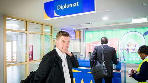 Erik Solheim har fått kritikk for reisevirksomheten og pengebruk. Her får han hjelp av en «fikser» (t.h.) til å passere passkontrollens diplomatskranke på flyplassen i Nairobi i oktober.