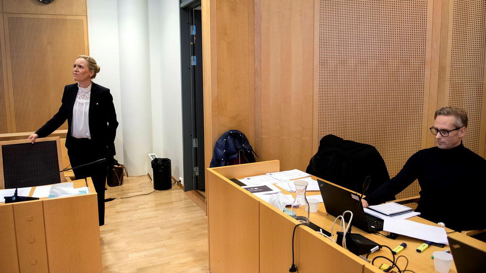 Jan Yngve Holen (til høyre) tapte saken mot Reitan Convenience Norway as og tidligere sjef Mariette Kristensson (til venstre). Her fra rettssaken.
