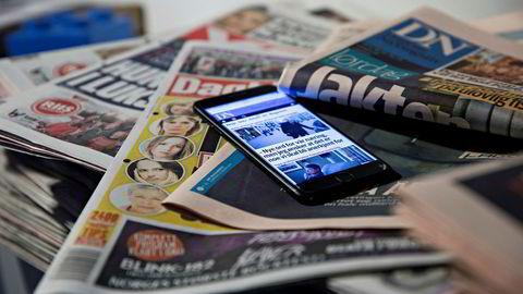 Aviser og mobiltelefon nettaviser papiraviser internett illustrasjon