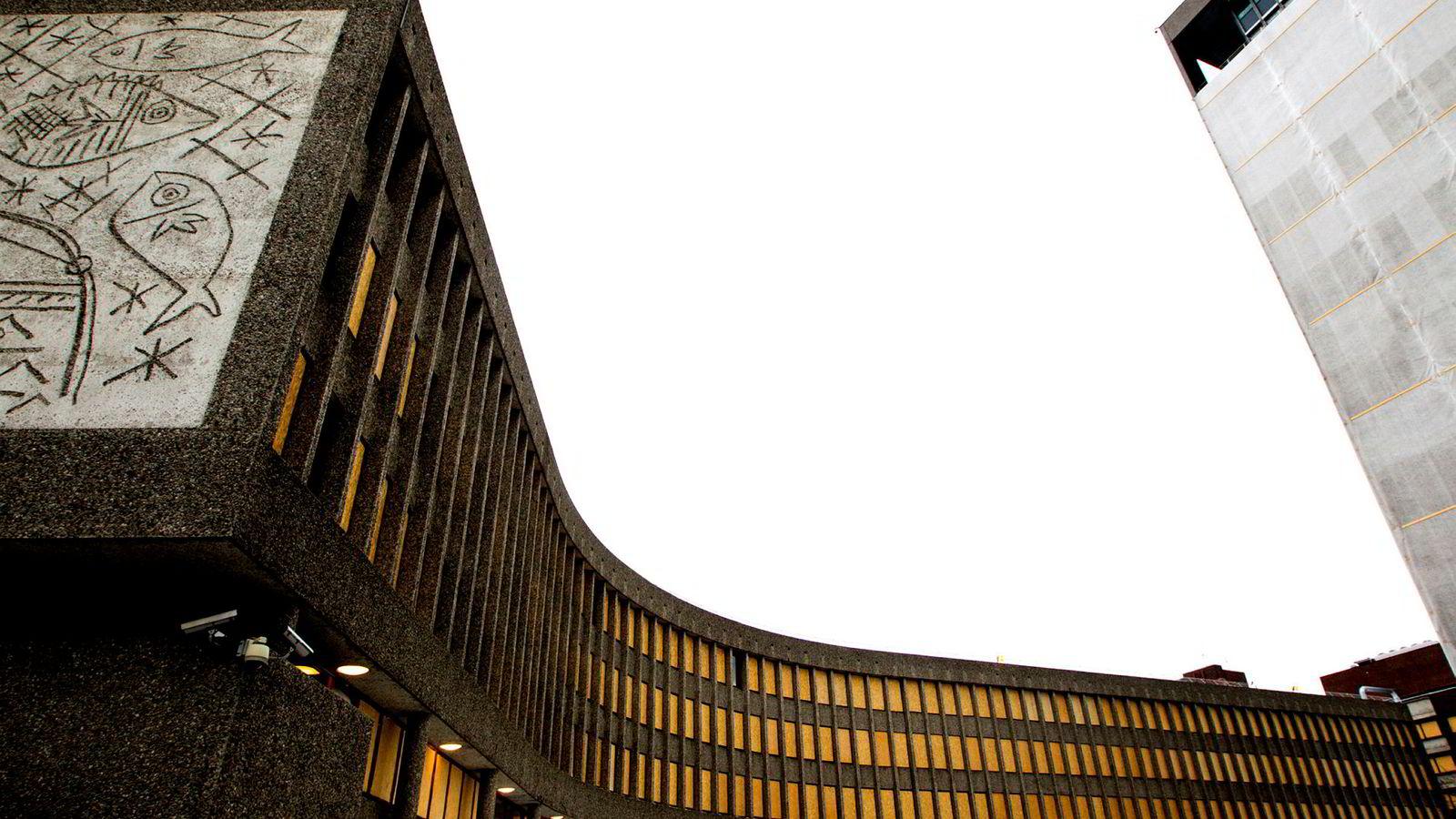 Y-blokken fotografert i 2012 med sponplater som dekket de knuste vinduene. Til venstre et sandblåst kunstverk basert på Picasso-tegninger.
