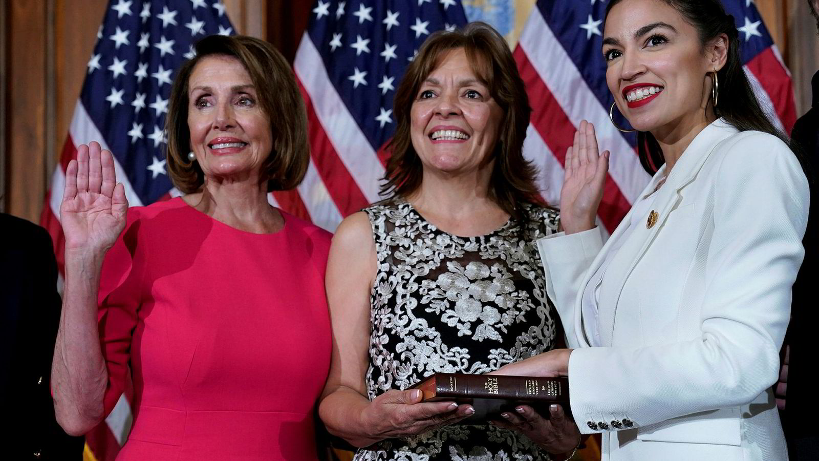 Demokratenes veteran Nancy Pelosi (til venstre) er i konflikt med nykomlingen Alexandria Ocasio-Cortez (til høyre).