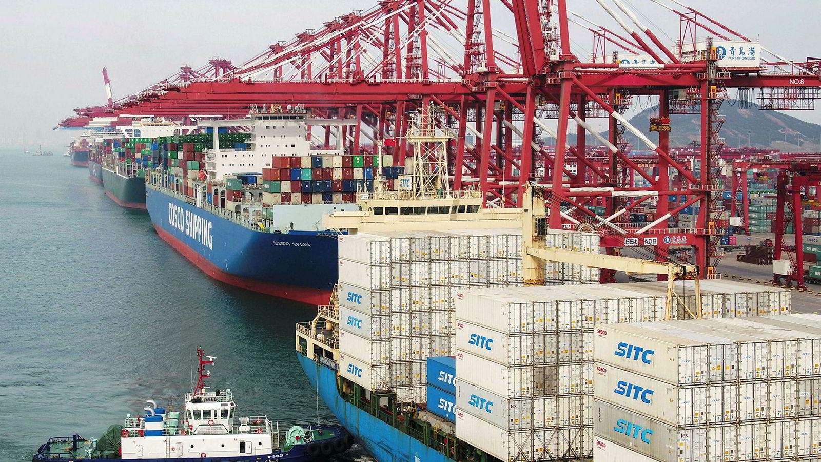 Store fraktskip er ankret opp ved en havn i Qingdao, øst i Kina.