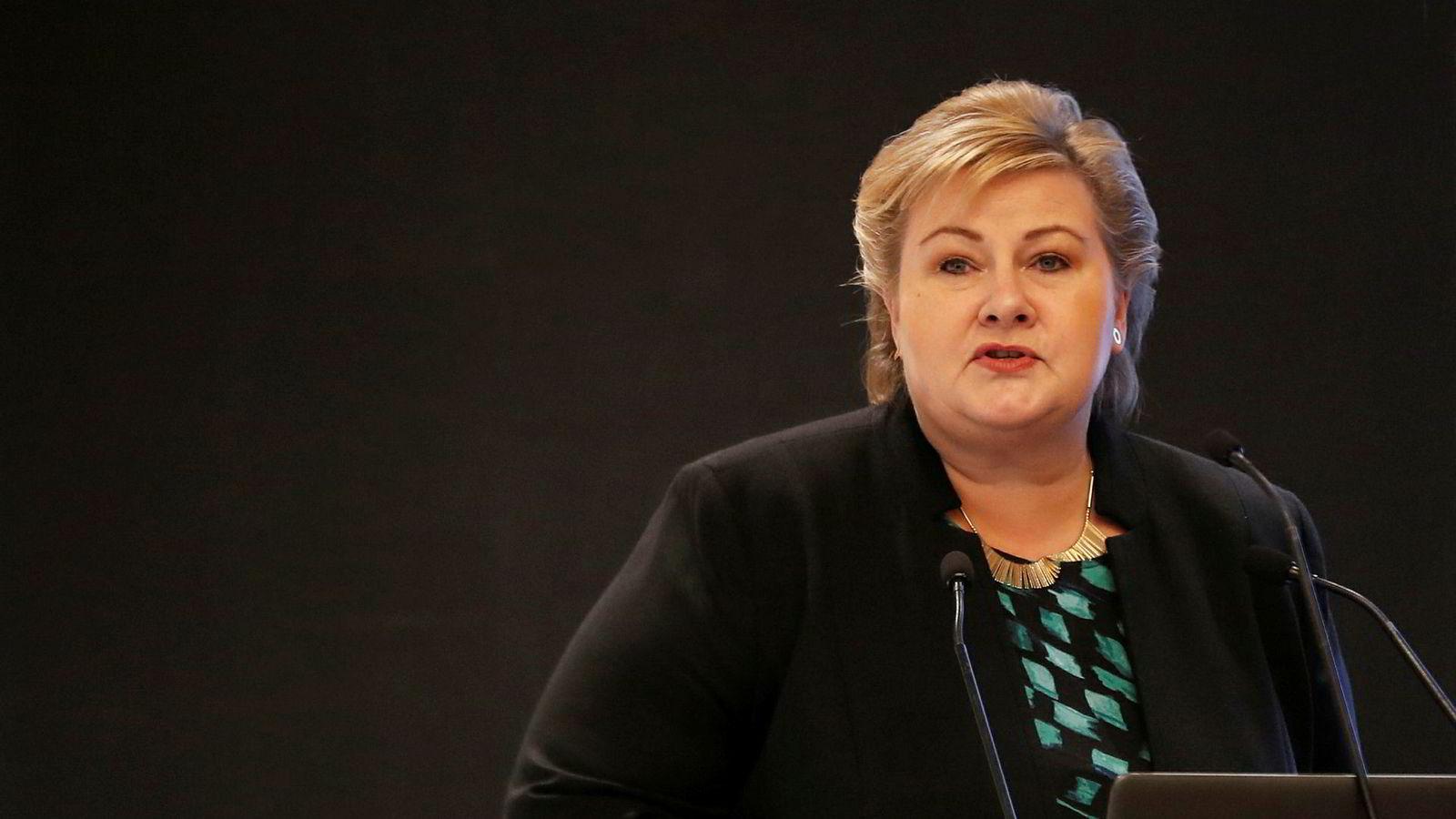 Statsminister Erna Solberg snakker under et næringslivsseminar i New Delhi mandag.