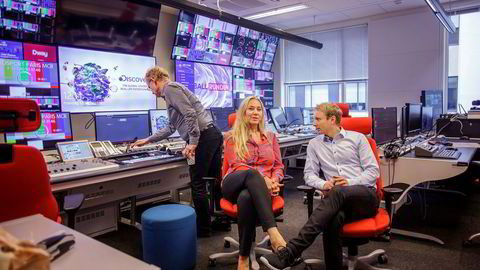 Administrerende direktør Tine Austvoll Jensen i Discovery Networks Norway (i midten) og nordisk kommunikasjonsdirektør Espen Skoland tror ikke TV 2 trenger støtte for å drive med nyheter. Teknisk sjef Kjell E. Nordli skrur på skjermene i bakgrunnen.