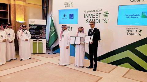 Fra dagens signeringsseremoni i Riyadh. Til venstre for administrerende direktør i Aker asa Øyvind Eriksen står Ahmad A. Al-Sa'adi, som er fungerende konsernsjef i Saudi Aramco.