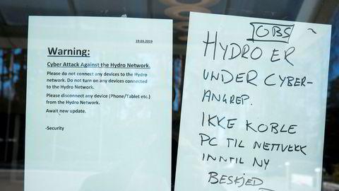 Prislappen på det det omfattende hackerangrepet i mars 2019 mot Hydro, som lammet selskapets fabrikker og anlegg over hele verden, ender rundt 800 millioner kroner. Her fra hovedkontoret i Oslo etter angrepet.