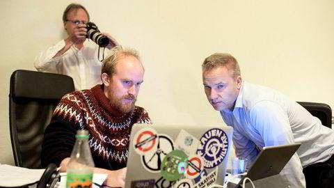 3, 2, 1. Mediekanalen Resett ble lansert på dette kontoret mandag. Redaktør Helge Lurås (til høyre) og produsent Bjørn Ihler følger med på trafikken, mens en av eierne, Håkon Wium Lie, fotograferer det hele