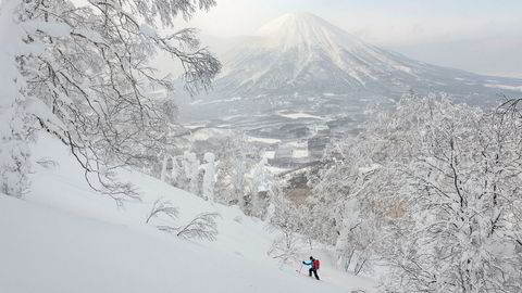 Vulkanske fjell. En sjelden gang klarner det opp, og skituristene som er på vei opp fjellet Annupuri får utsikt over vulkanen Mount Yotei (1898 moh.) i Niseko-området på Hokkaido