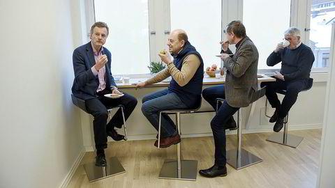Pensjonistene. Lunsjen i kollektivet for pensjonerte konserndirektører inntas gjerne ved denne barbenken. F.v. tidligere Telenor-sjef Jon Fredrik Baksaas (64), tidligere Statoil-direktør Peter Mellbye (69), tidligere Telenor-direktør Ingvald Fergestad (67) og tidligere Hydro-direktør Thor Håkstad (72).