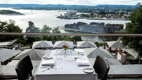 På en blendende lys glassveranda med en av byens beste utsikter, strekker Ekebergrestaurantens kjøkken seg litt lenger i sommermånedene med en fem eller syvretters gourmetmeny med sesongens råvarer.