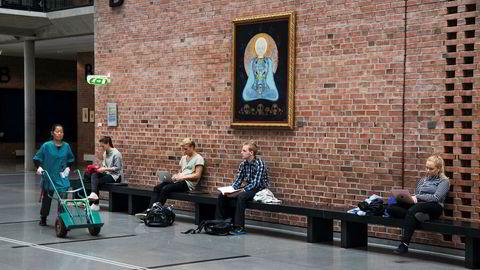 I bruk. Studenter i vrimlehallen til Universitetet i Agder – overvåket av en mystisk skikkelse i Michael Bowen-maleriet «Miracle of Humanity» fra 1964.