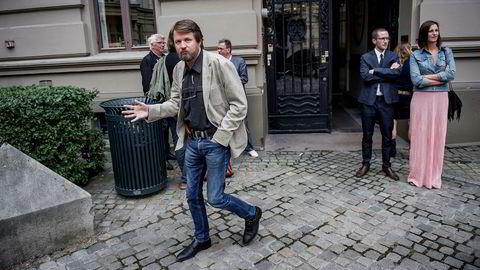 Utenfor forlaget. Tom Egelands «Lasaruseffekten» er et heidundrende drama. Til høyre står forfatterne Lars Petter Sveen og Helga Flatland.