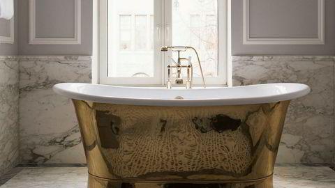 Oppgradert. Grå Bardiglio-marmor og Carrara-marmor finnes på oppgraderte rom – samt badekar fra Kent.