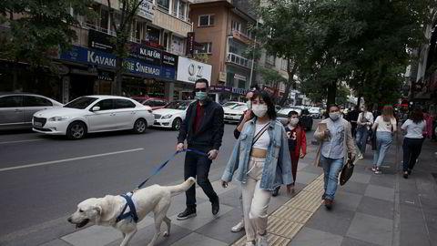 Fra mandag åpner kafeer, restauranter, parker og andre offentlige steder igjen i Tyrkia etter å ha vært stengt siden mars for å hindre spredning av koronavirus.