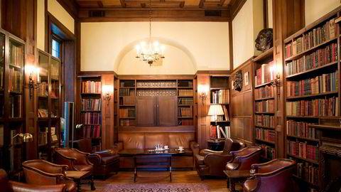 Kanskje blar vi litt i en bok i biblioteket, spiller et slag kort eller tar en matbit og en kald pils, skriver artikkelforfatteren om herreklubben Norske Selskab.