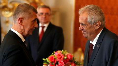 Milliardæren Andrej Babis (t.v.) ble onsdag utnevnt til statsminister av president Milos Zeman. Foto: AP/NTB scanpix