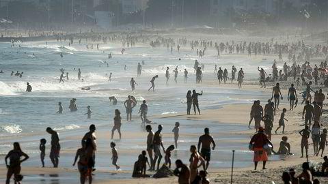 Brasilianske myndigheter opplyser er er registrert over 50.000 dødsfall som følge av koronapandemien. På søndag var det fullt ved Ipanema-stranden i Rio de Janeiro.