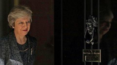 Britenes statsminister Theresa May tar selv kontroll over brexit. Her er hun på vei ut av statsministerboligen i 10 Downing Street i London tirsdag etter et møte med emiren av Qatar, Sheikh Tamim Bin Hamad al-Thani.
