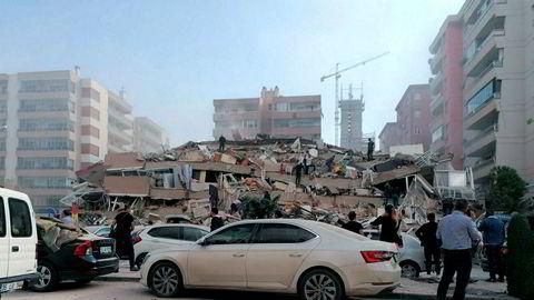 Izmir, Tyrkia på fredag 30. oktober etter at et kraftig jordskjelv rammet kysten av Egeerhavet.