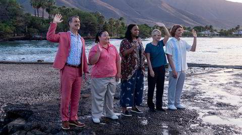 En broket stab med hotellsjef Armond (Murray Bartlett, til venstre) i front klistrer på seg smilene og ønsker en ny runde rike turister velkommen til luksushotell på Hawaii.