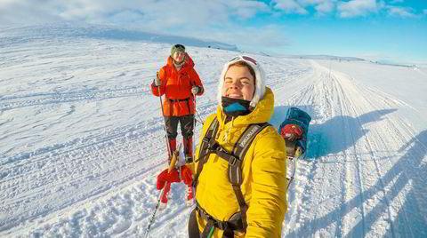 Før nordlyset kommer. I 29 minusgrader tar Åste Innleggen og turkamerat Julie Korneliussen fatt på skituren over Lešjávri. For mange er etappen over Finnmarks største innsjø et høydepunkt når Finnmarksvidda krysses.