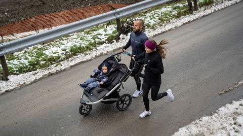 Presteparet Gunhild Maria Hugdal og Harald Torgersen er begge opptatt av å få løpt nok. De har tredemølle på kjøkkenet og må «booke» tid før uken starter, men bruker også felles tid på å trene. Her med yngstesønn Elias (1) i vognen.
