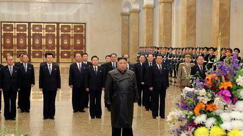 Nord-Koreas leder Kim Jong-un besøker mausoleet der hans far og bestefar ligger begravd. Foto: Det koreanske nyhetsbyrået via AP / NTB scanpix