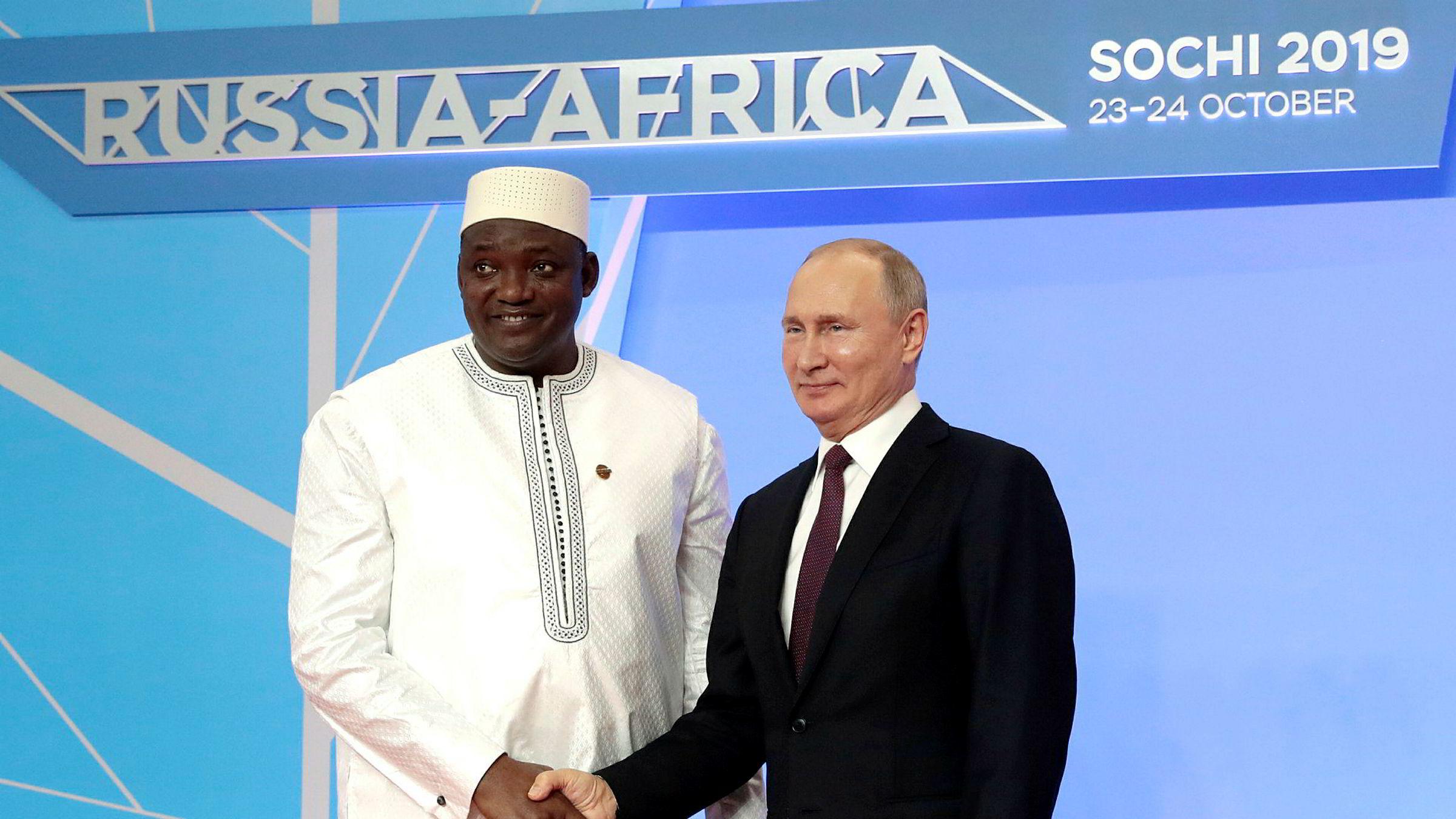 President Vladimir Putin sier Russland vil minst doble handelen med Afrika. På bildet står han sammen med Gambias president Adama Barrow under topmøtet i Sotsji.
