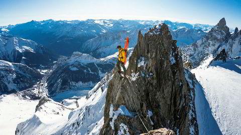 I perioder har kompisene følt på redsel når de er på tur med Nikolai Schirmer. Ofte balanserer han på den tynne grensen mellom frykt og glede, som her på Entréves-ryggen nær Chamonix.