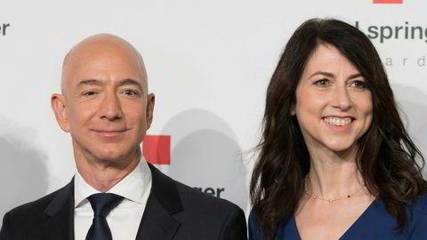 Amazon-sjef Jeff Bezos kunne smile etter gode kvartalsresultater torsdag kveld. Her sammen med kona MacKenzie Bezos under en prisutdeling i Tyskland tidligere denne uken.