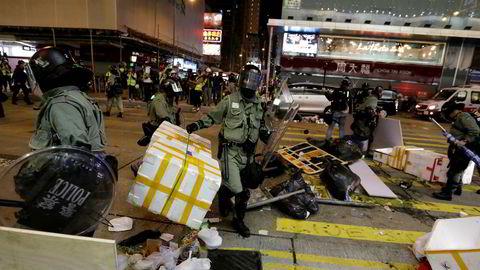 Også søndag var det demonstrasjoner i gatene i Hongkong, her fra Mong Kok. Foto: AP / NTB scanpix.