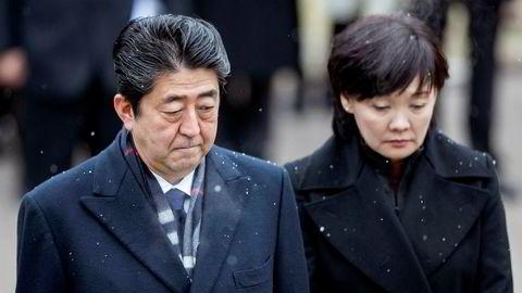 Det japanske finansdepartementets etterforskning av ulovlige subsidier til en omstridt nasjonalistisk orientert skole hadde fjernet henvisninger til Akie Abe, statsministerens kone. Skattedirektøren har gått på dagen. Shinzo Abe sier han ikke vet noe. Opposisjonen og partikolleger forlanger svar.