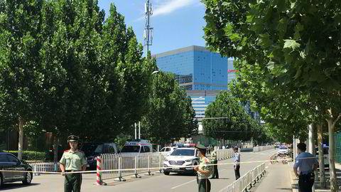 Politiet sperrer av veien til USAs ambassade i Beijing etter det som skal være en brann eller eksplosjon ved ambassaden.