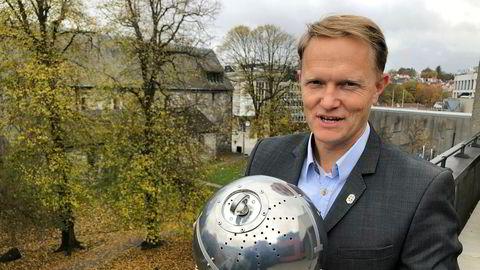 Gründer og daglig leder Brage W. Johansen i Heimdall Power viser frem en sensor-kule av typen som kobles på høyspentledninger for å overvåke tilstanden.