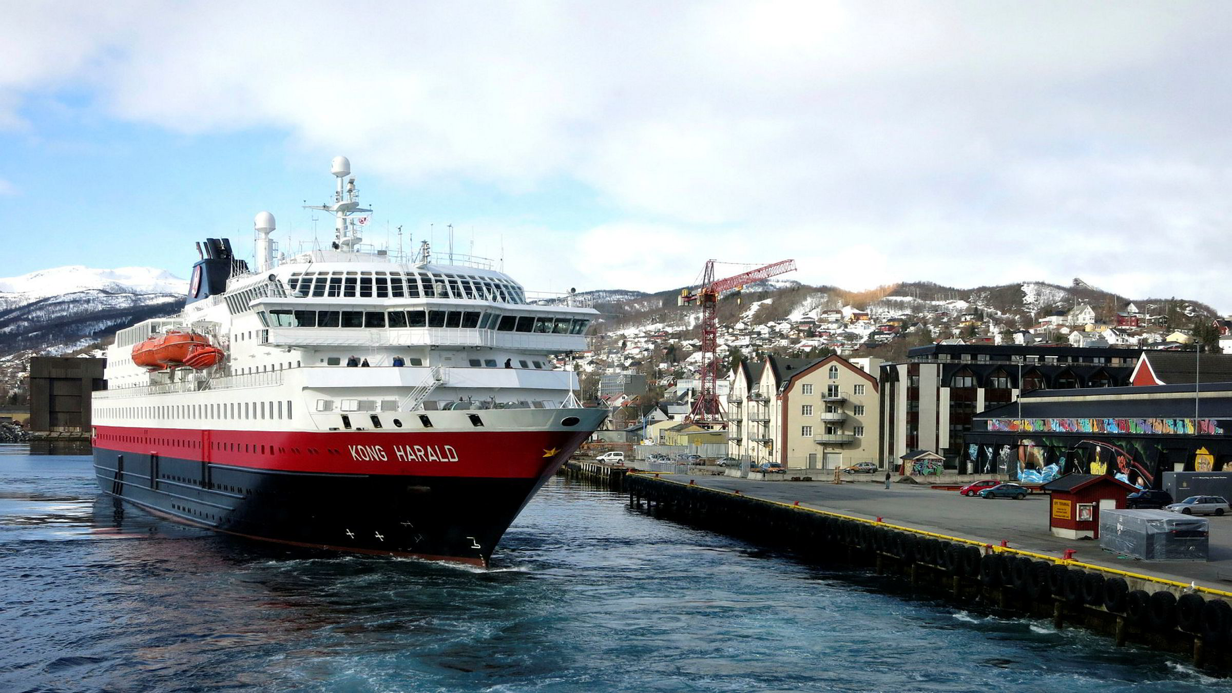 Hurtigruteskipet Kong Harald legger til kai i Harstad. I fremtiden kan rutene deles på flere. Foto: Gunnar Lier ---