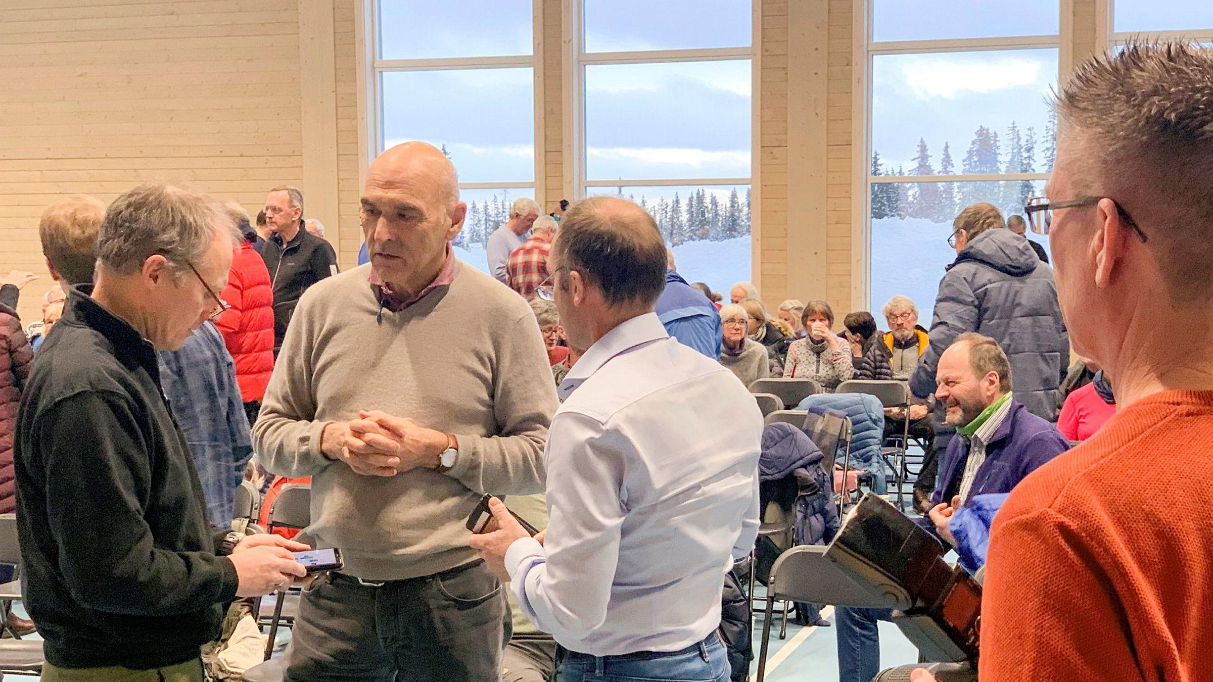 Arthur Buchardt (i midten) tok en prat med Per Fineid, bestyrer i Pihl as (t.v.) og Jan-Tore Hemma i Brøttum Almenning (t.h.) i pausen på møtet fredag. Om 55 år er Sjusjøen bilfritt, tror Buchardt.