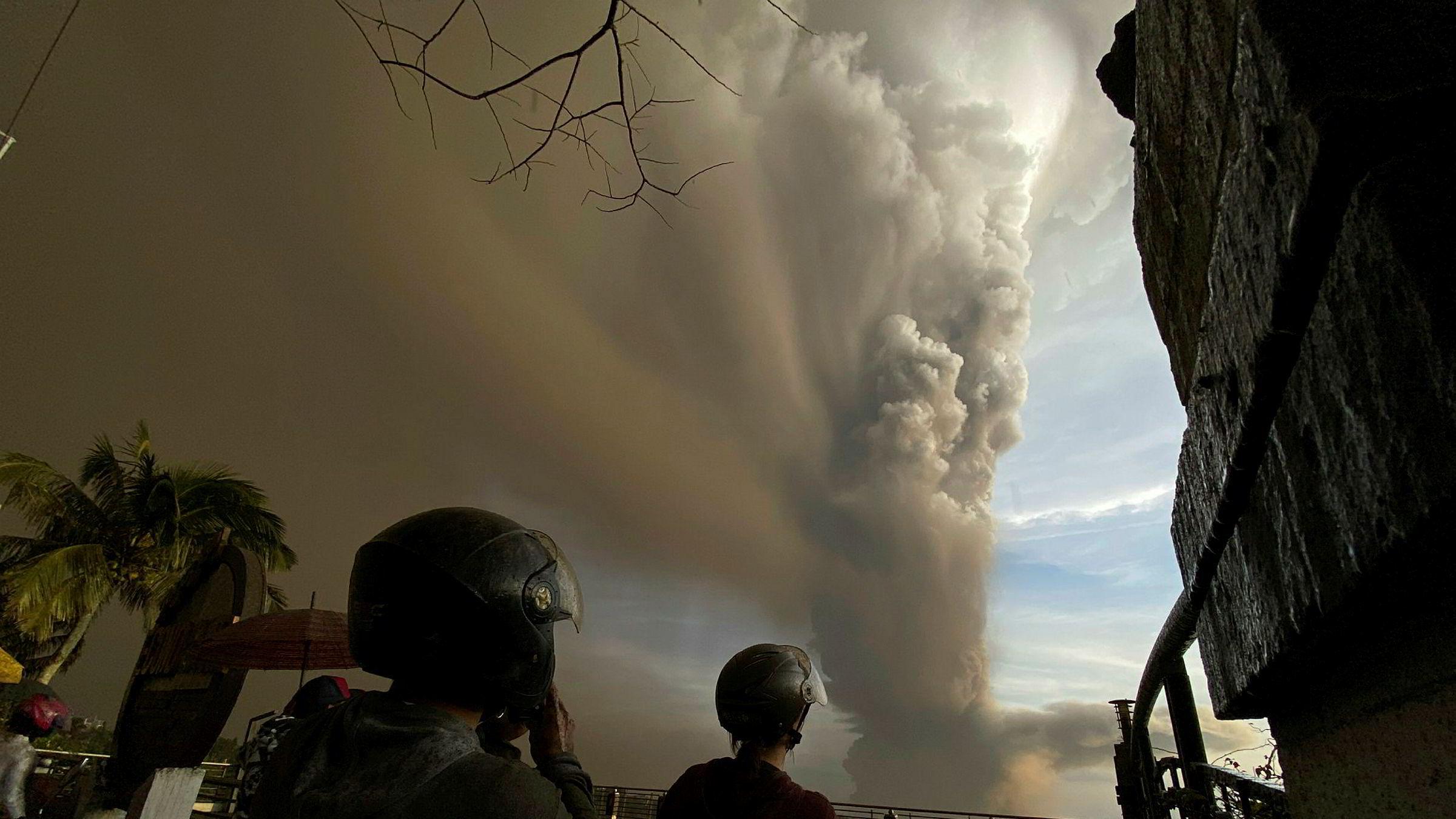 En stor askesky stiger opp fra Taal-vulkanen sør for Filippinenes hovedstad Manila.