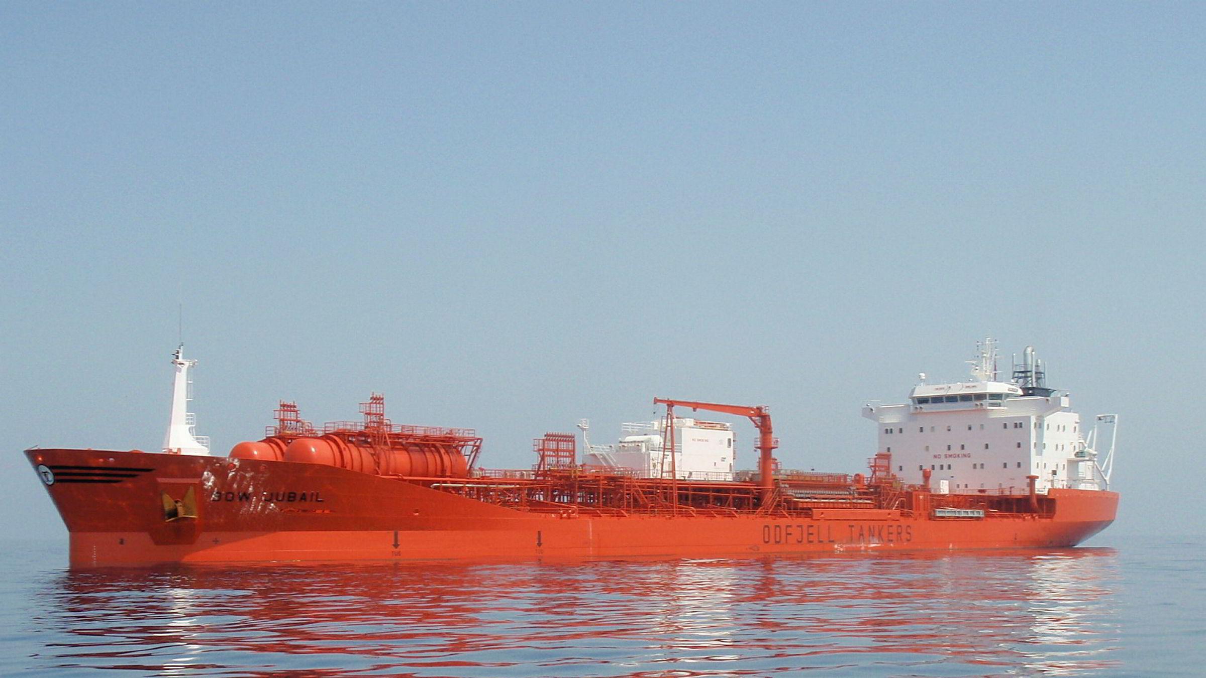 Den norskeid oljetankeren Bow Jubail traff kaia da den skulle legge til for lasting i Rotterdam. Det lakk det ut 217 tonn tung fyringsolje fra et hull i skroget. Lekkasjen er stoppet og det skal ikke være risiko for ytterligere utslipp. Rotterdam 24. juni 2018.