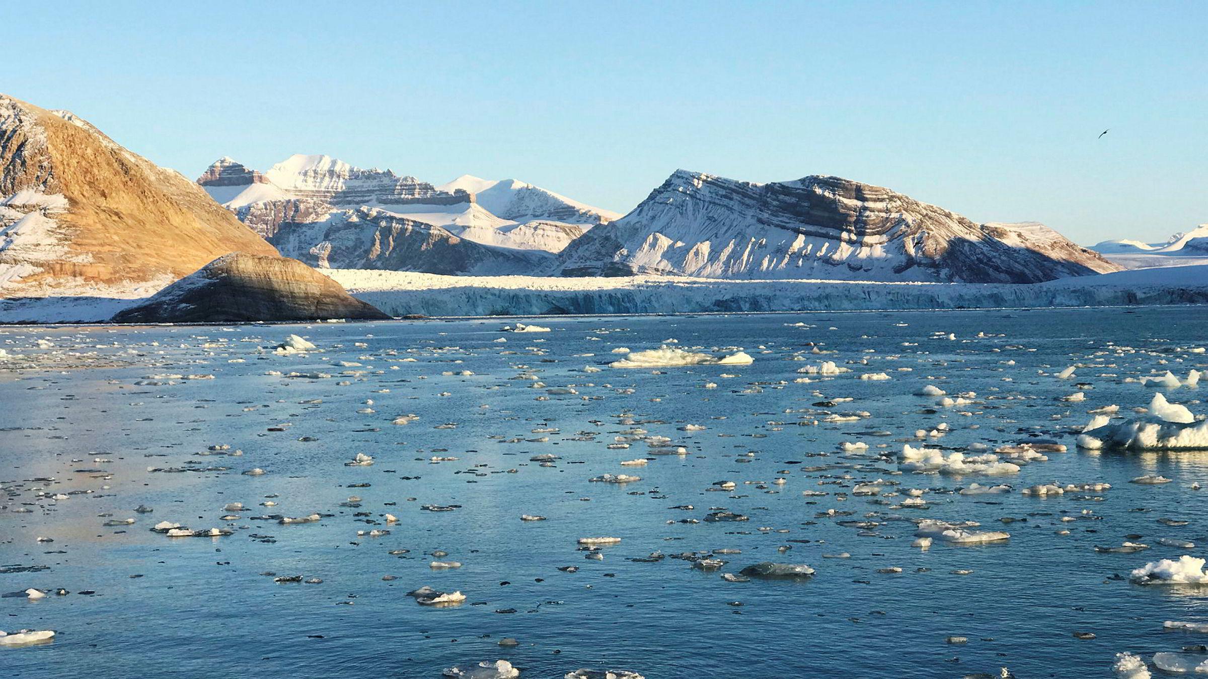 Iskanten i Barentshavet flyttes 134 kilometer sørover, som betyr at 55.000 kvadratkilometer mer hav blir vernet. Her fra Kongsfjorden ved Ny-Ålesund på Svalbard.