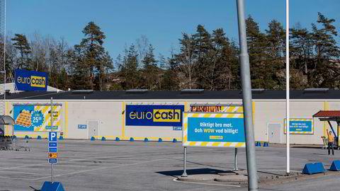 Koronatomme parkeringsplasser ved butikkene på svensk side av Svinesund.