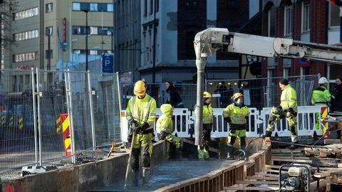 43 prosent av bygg- og anleggsarbeiderne fagorganiserte i 2004, mens tallet hadde falt til 34 prosent i 2017, skriver artikkelforfatterne. Her bygges trikkespor i Oslo.