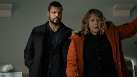 Kerry Godliman (til høyre) og Howard Charles spiller hovedrollene i «Whitstable Pearl», med manus av blant andre Øystein Karlsen.